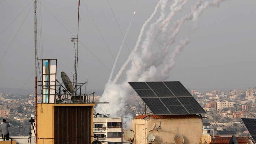Roket diluncurkan oleh militan Palestina di Gaza menuju Israel 10 Mei 2021