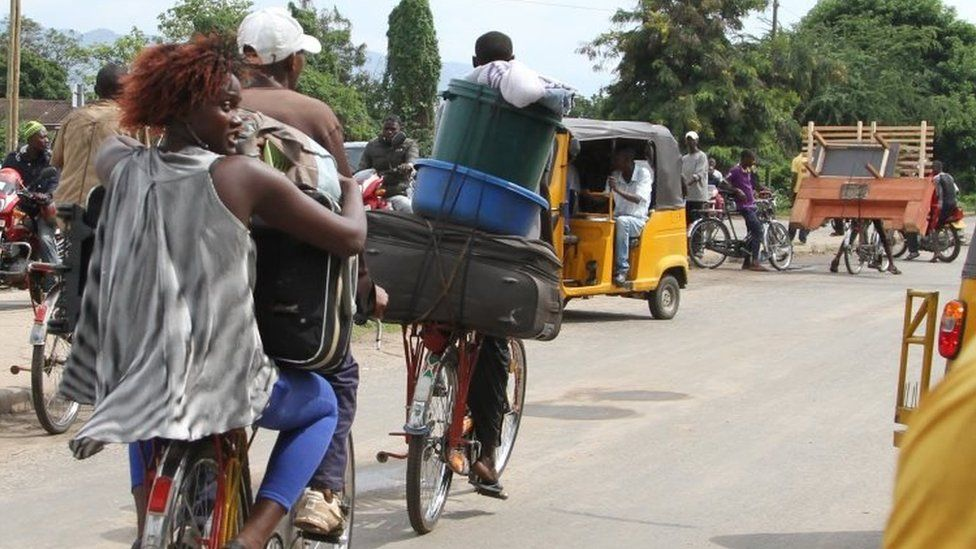 Bujumbura residents carry their belongings as they leave the city. Photo: 7 November 2015