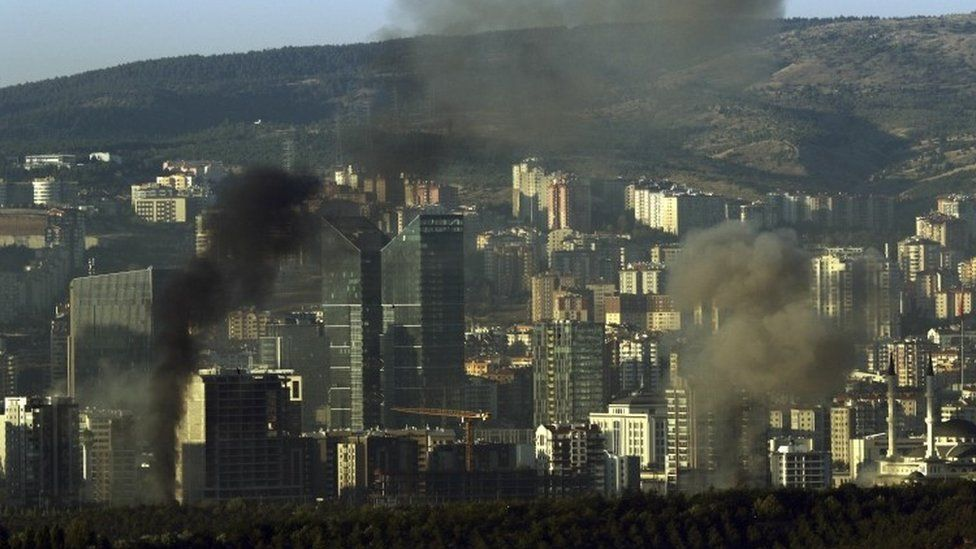 Smoke from a fire following an explosion billows from the Gendarma military police headquarters in Ankara (16/07/2016, 2016.