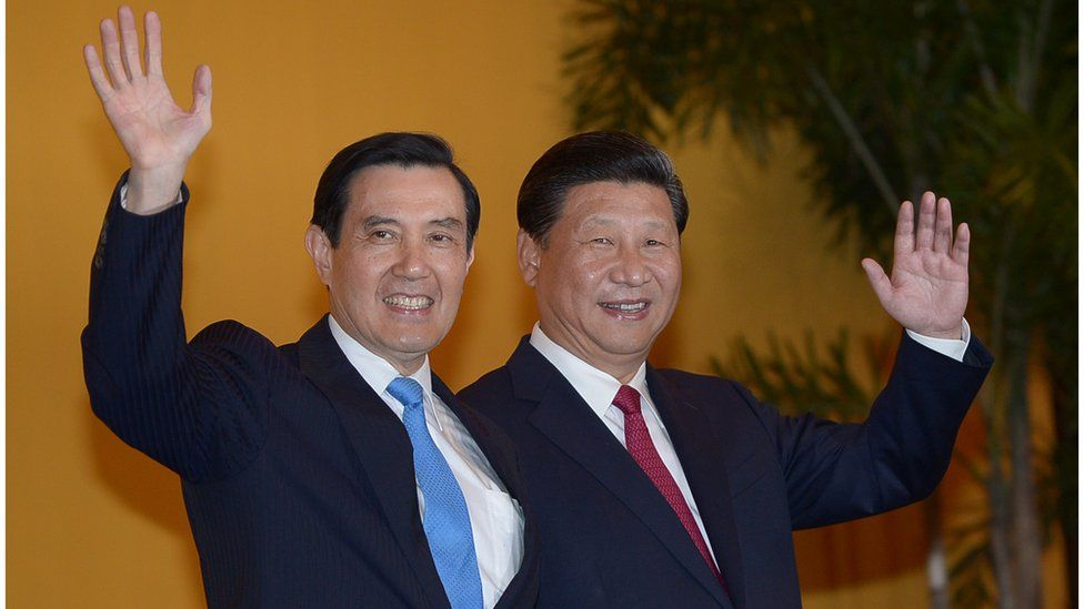 Chinese President Xi Jinping and Taiwan President Ma Ying-jeou wave to journalists before their meeting at Shangrila hotel in Singapore on November 7, 2015. The leaders of China and Taiwan hold a historic summit that will put a once unthinkable presidential seal on warming ties between the former Cold War rivals.