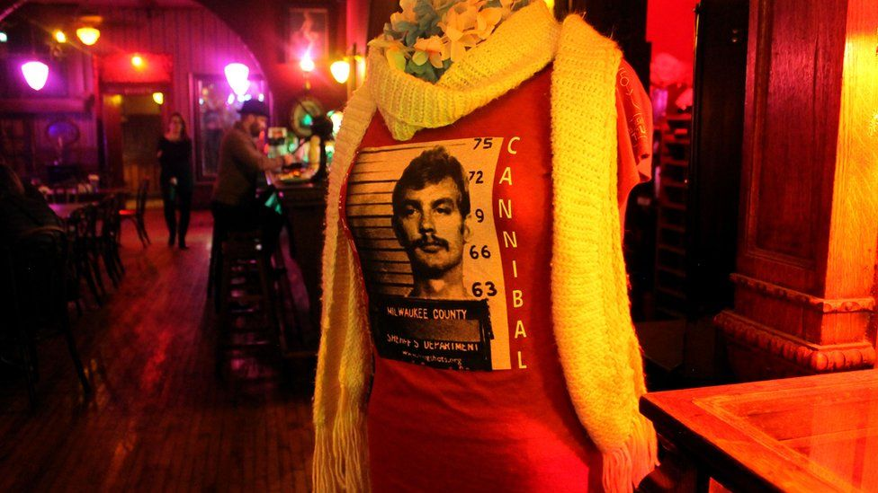 Dahmer'in bardağı olan bir gömlek.  Yanındaki sözler 'Milwaukee Yamyam' demek.