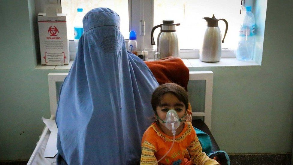 A child suffering from bronchial asthma being treated by the ICRC in Kandahar, Afghanistan