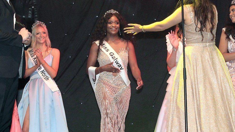 Pamela de pie junto a otras dos concursantes en el concurso de Miss Irlanda