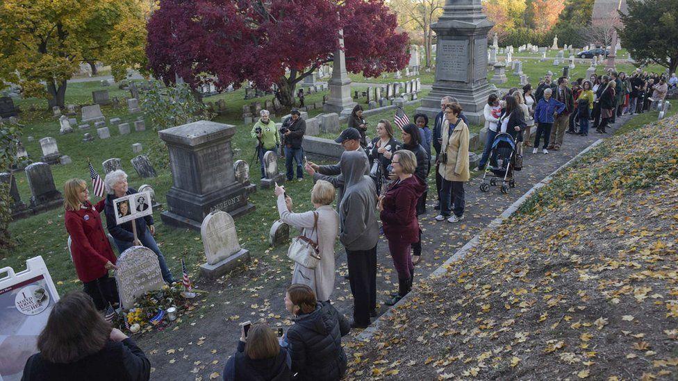 ¿Por qué centenares de estadounidenses hacen fila y se sacan fotos en un cementerio el día de la elección?