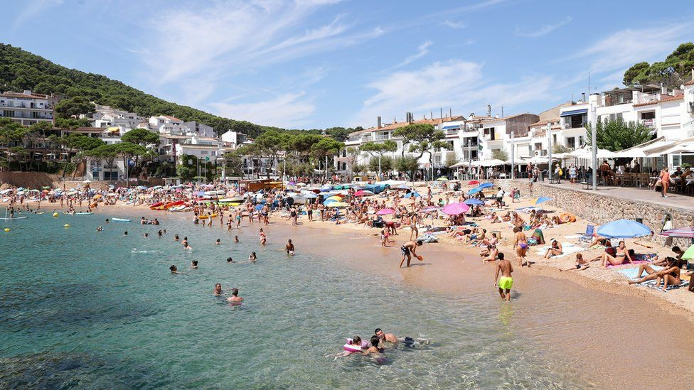 The beaches of the Costa Brava full of people