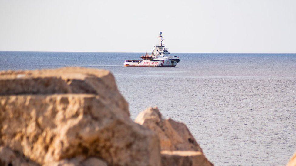 Cuál es la situación en el Open Arms, el barco con más de un centenar de migrantes a bordo desde hace 3 semanas y al que Italia no permite desembarcar