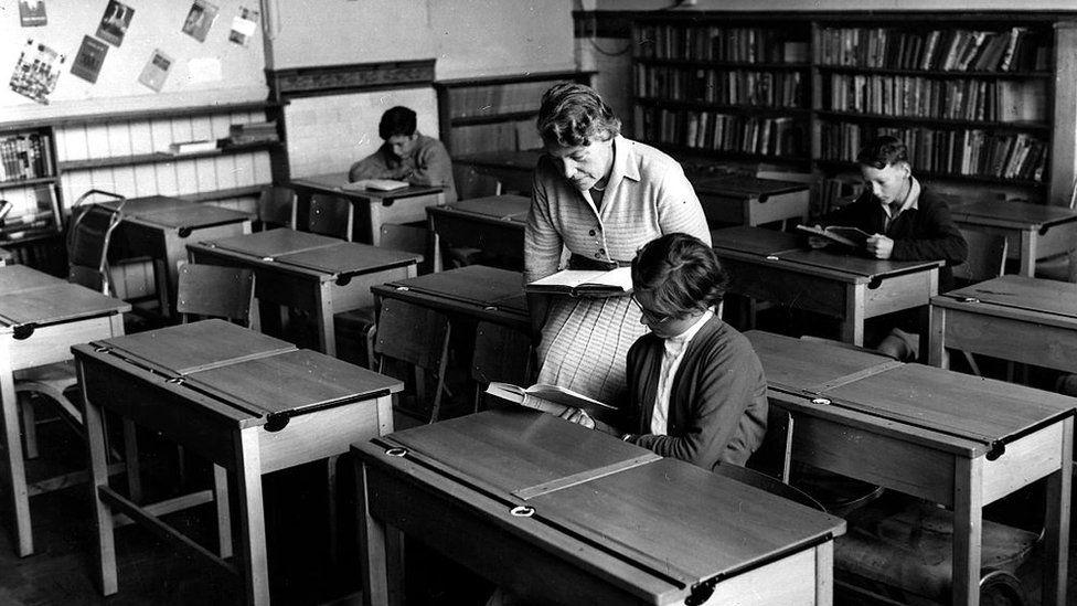 Ystafell ddosbarth bron yn wag yn ystod Pandemig 1957