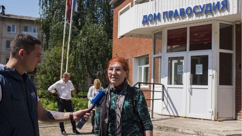 Зайтуна Кудоярова перед зданием суда