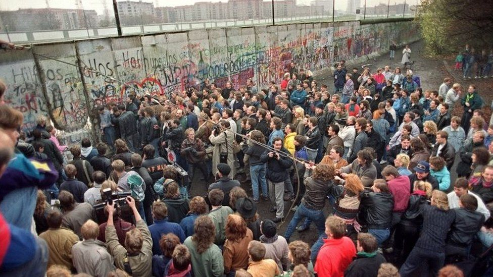 West Berliners crowd in front of the Berlin Wall (11 November 1989)