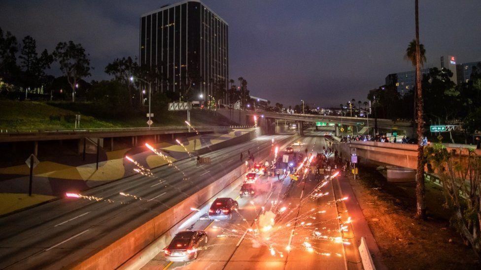 洛杉磯高速公路上被扔煙花爆竹,意在癱瘓交通