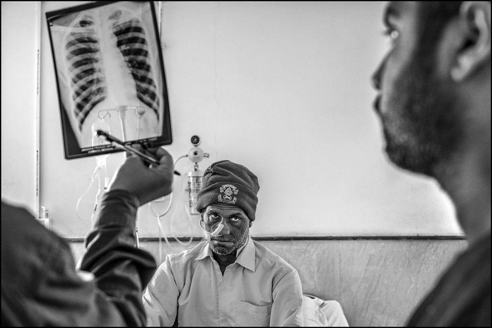 चिरायू कैंसर हॉस्पिटल में मरीज का इलाज़ करते डॉक्टर