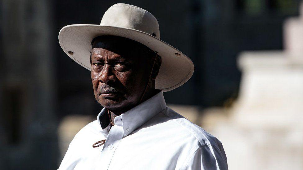 Yoweri Museveni dans un chapeau à large bord regardant la caméra