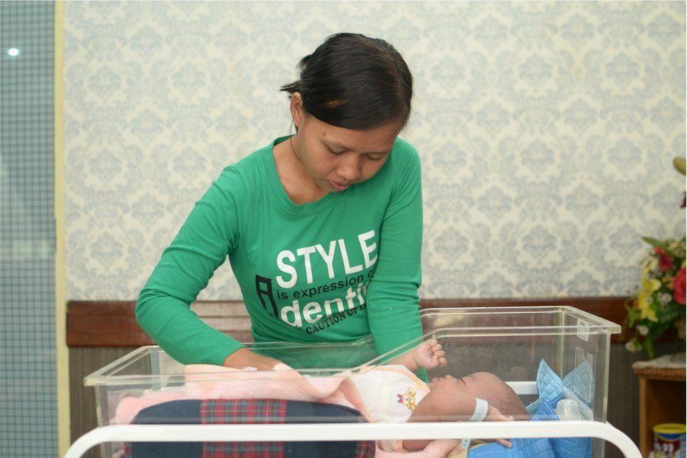 Picture of Pekanbaru mother Apriyani and her baby Gibran