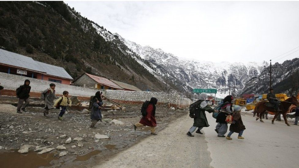 Kashmiri school children cross the street in central Kashmir village of Kangan, 50 kilometers from Srinagar, the summer capital of Indian Kashmir, 23 March 2016.