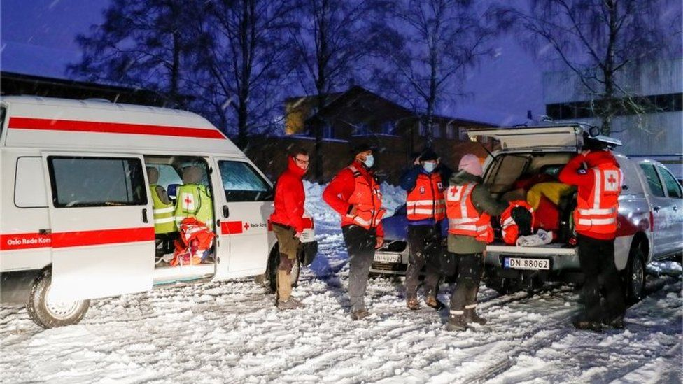Rescuers after landslide in Norway's Gjerdrum, 30 December 2020
