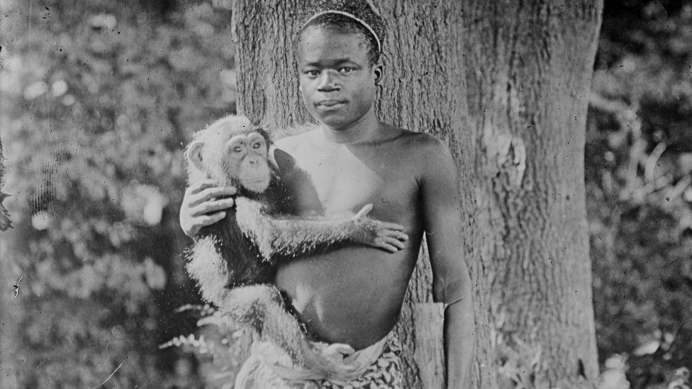 Ota Benga photographié tenant un singe aux États-Unis
