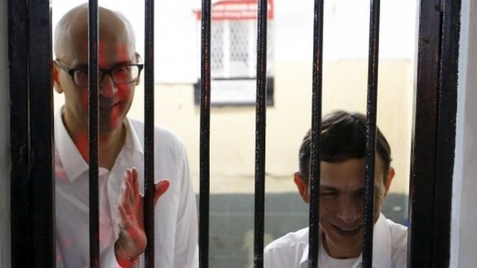 British-Canadian teacher Neil Bantleman (left) and Indonesian teaching assistant Ferdinand Tjiong inside a holding cell before their trial at a South Jakarta court (02 April 2015)
