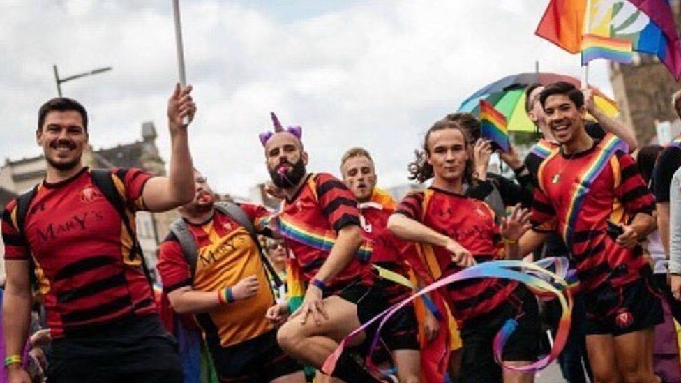 Y tîm yn ymuno yng ngŵyl Pride