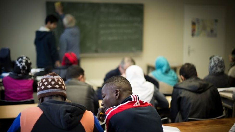 Migrants and refugees seeking asylum in Germany attend a German-language class in Sarstedt, Germany (25 February 2016)