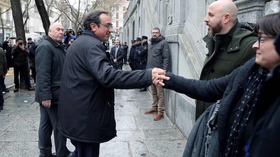 Josep Rull (C) says goodbye to wife Meritxell Lluis before returning to court in Madrid on 23 March 2018