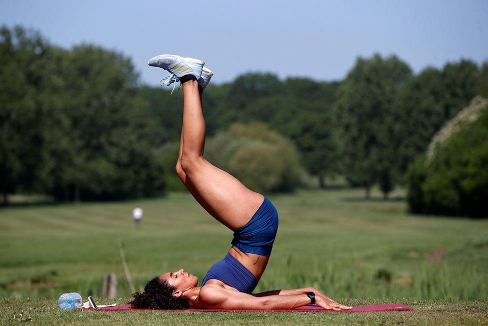 Britanyalı sprinter Ashleigh Nelson, Londra'daki bir golf sahasında egzersiz yapıyor
