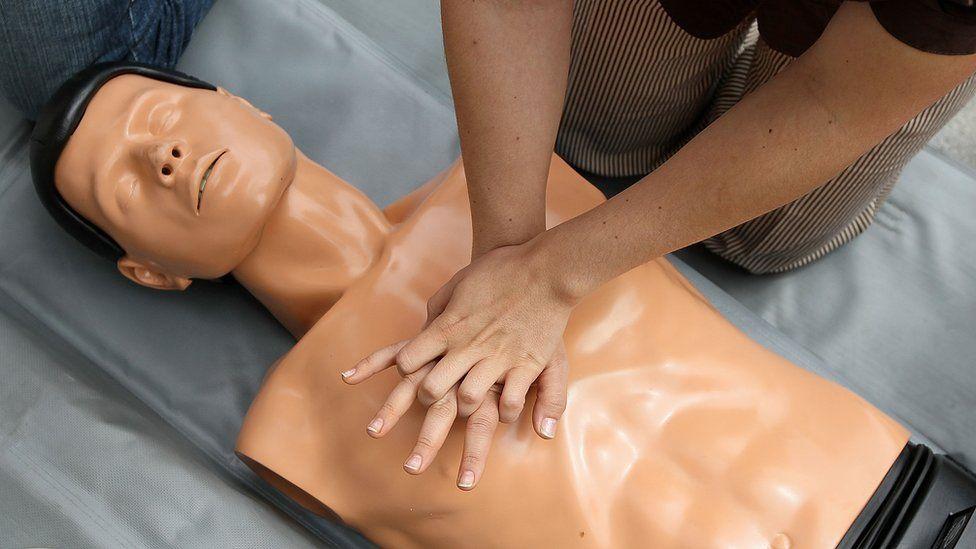 Por qué las mujeres reciben menos reanimación cardiopulmonar y cómo un maniquí puede cambiarlo