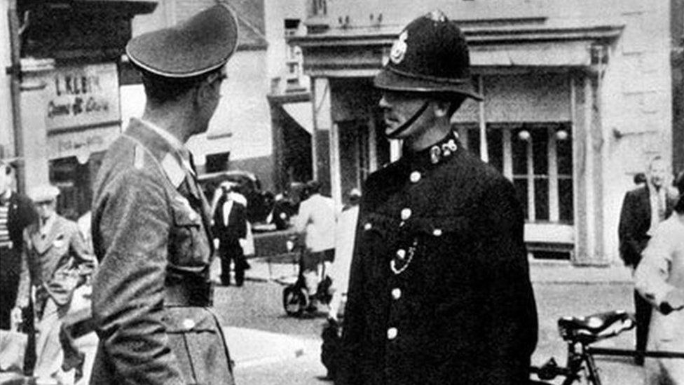 Policeman talking to German officer in Jersey