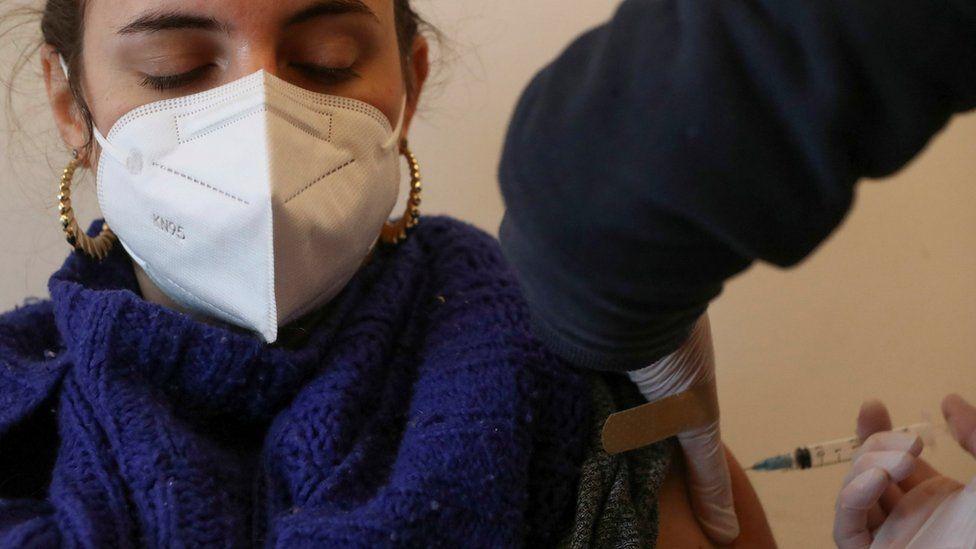 Женщина получает вакцину Covid