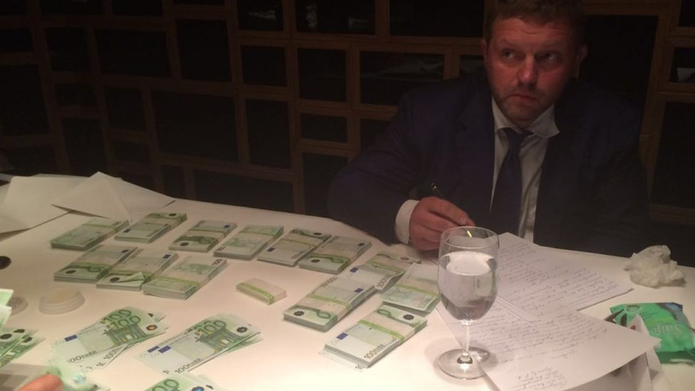 Photo purportedly showing Kirov governor Nikita Belykh and piles of 100-euro notes