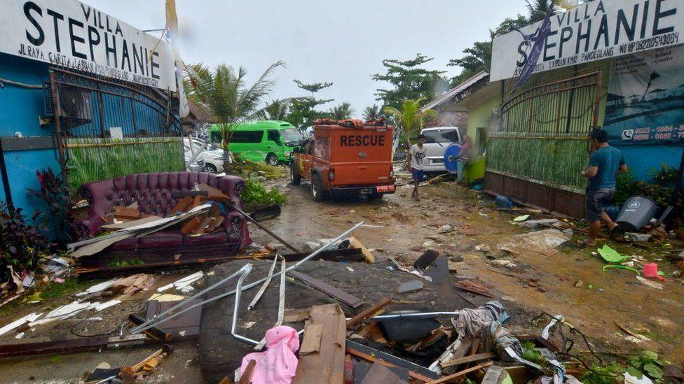Destrozos en una carretera en la costa noroeste de Java.