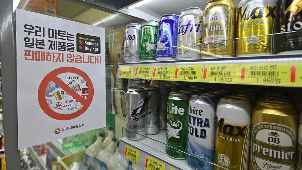 """Sign in a grocery shop in Seoul written in Korean saying """"We do not sell Japanese products!"""""""
