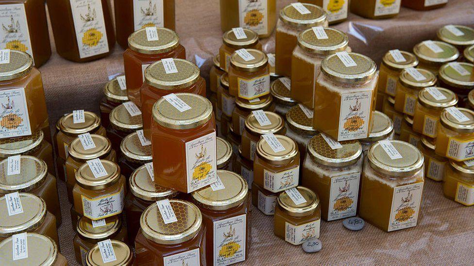 Miel a la venta en una tienda en Italia