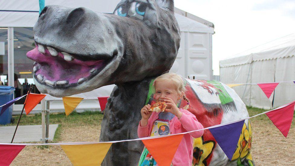 Ydy Esyllt, 3 oed o Gaerdydd, wedi sylwi fod rhywun yn llygadu ei pizza?