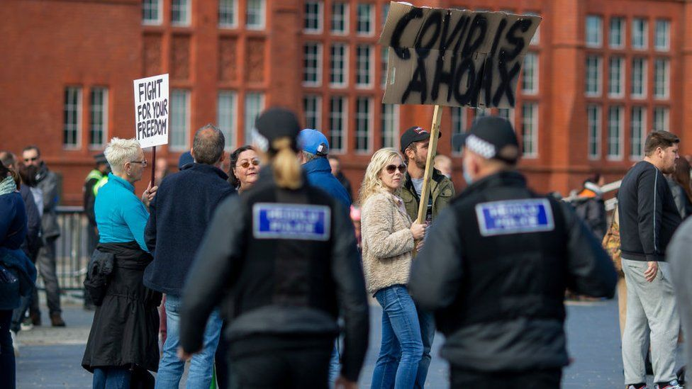 Protest yn erbyn y cyfyngiadau Covid ym Mae Caerdydd y llynedd