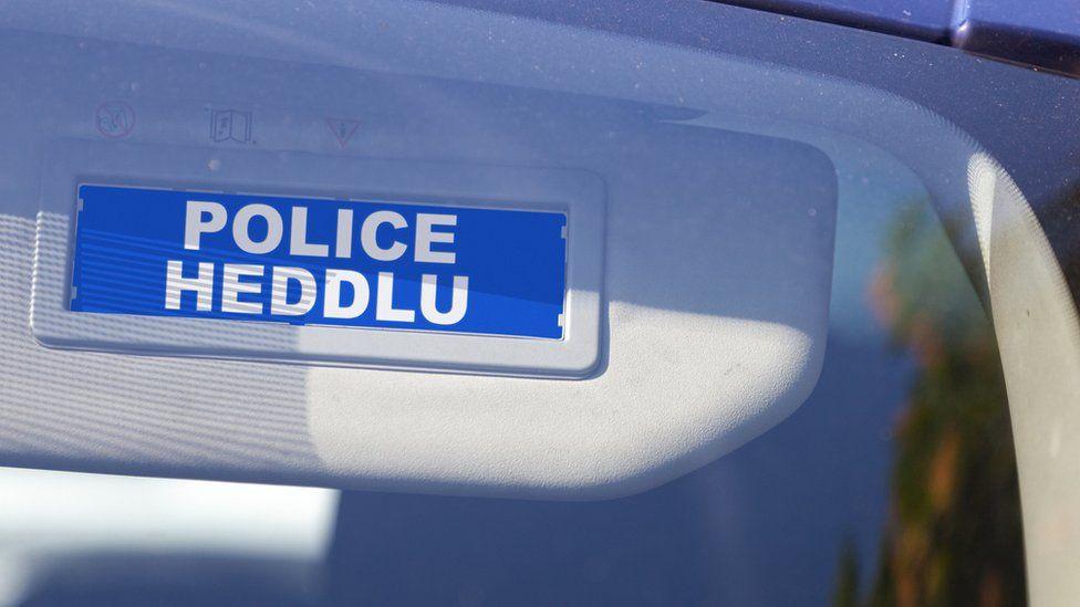 A police/Heddlu sign