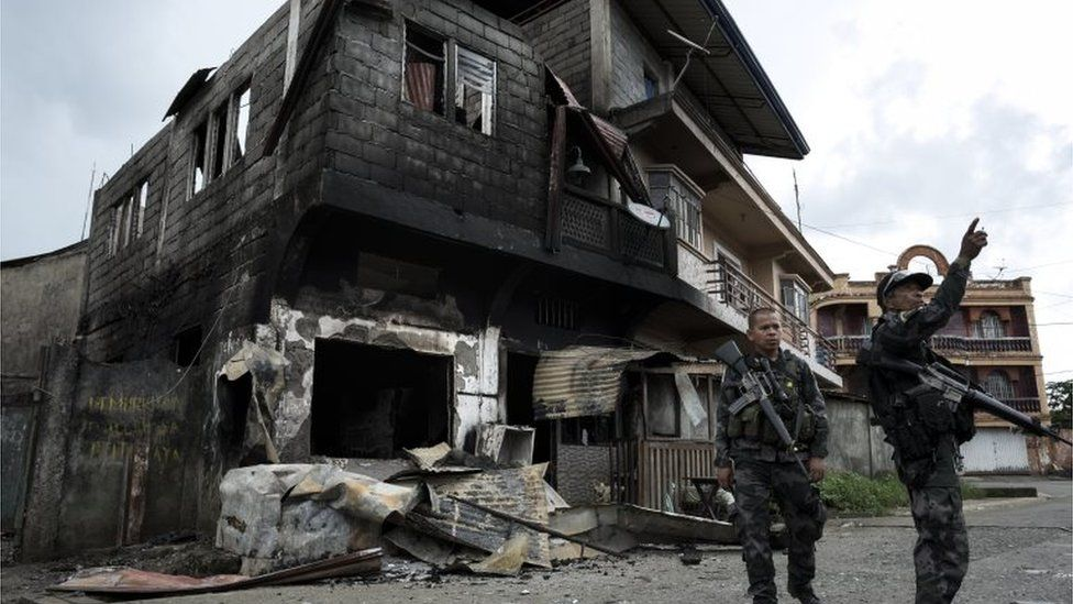 Police inspect damaged buildings in Marawi, Mindanao. Photo: 29 May 2017