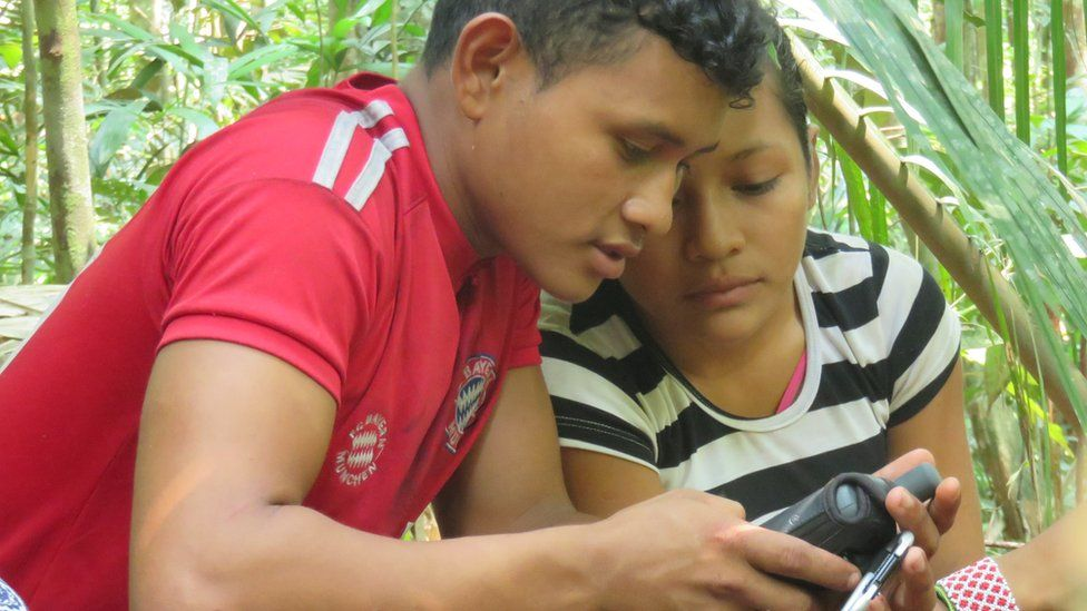 Two young inhabitants from Montanha and Mangabal check the GPS.