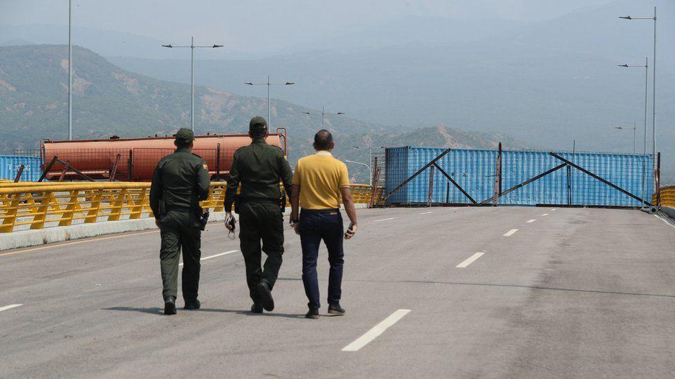 Policías colombianos observan el bloqueo del puente de Las Tienditas.
