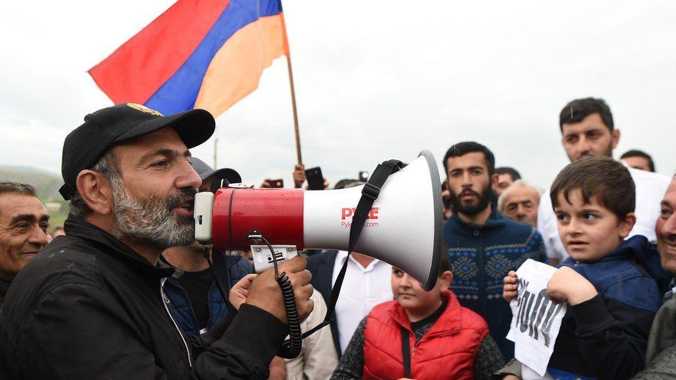 Ermenistan'da bir muhalefet lideri nasıl 'devrimin' yüzü oldu?