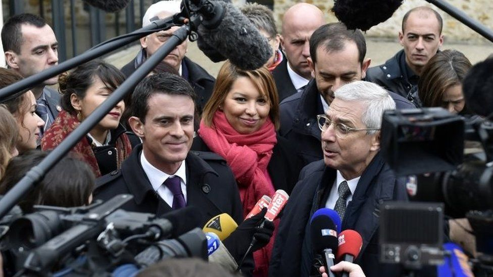 French Prime minister Manuel Valls (centre-left) and Socialist Party's top candidate speaks to media near Paris. Photo: 11 December 2015