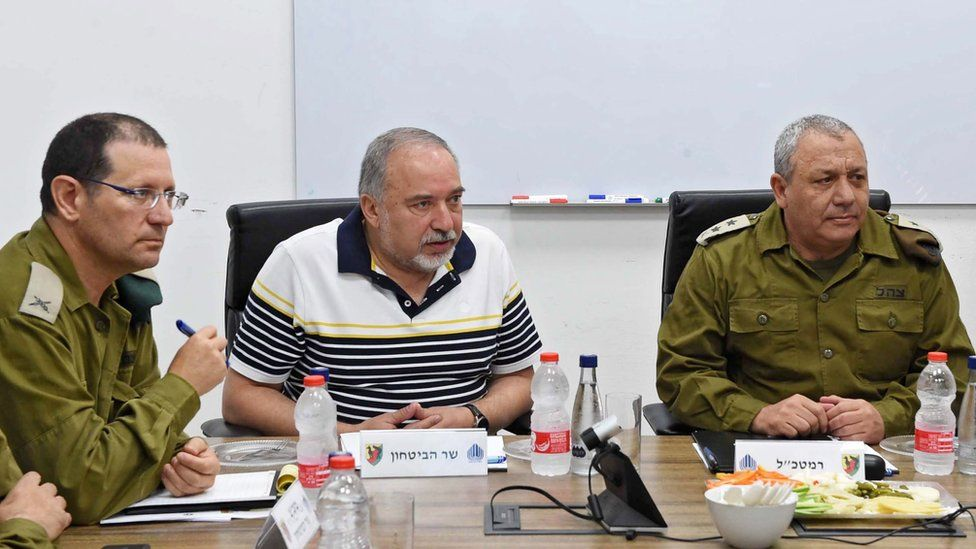 Israeli Defence Minister Avigdor Lieberman (C) meets senior security officials in southern Israel (13 August 2018)