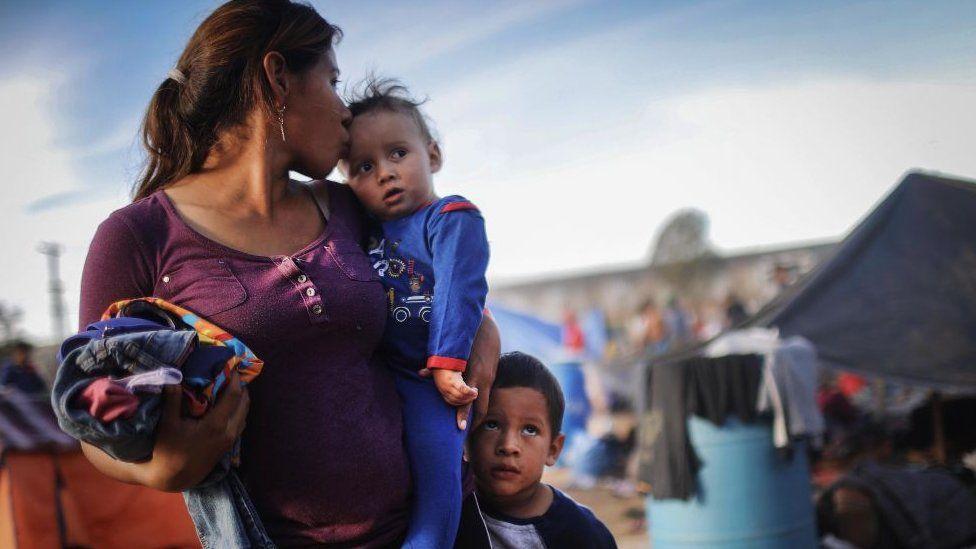 """Estados Unidos y El Salvador firman pacto para """"minimizar"""" la migración irregular a EE.UU."""