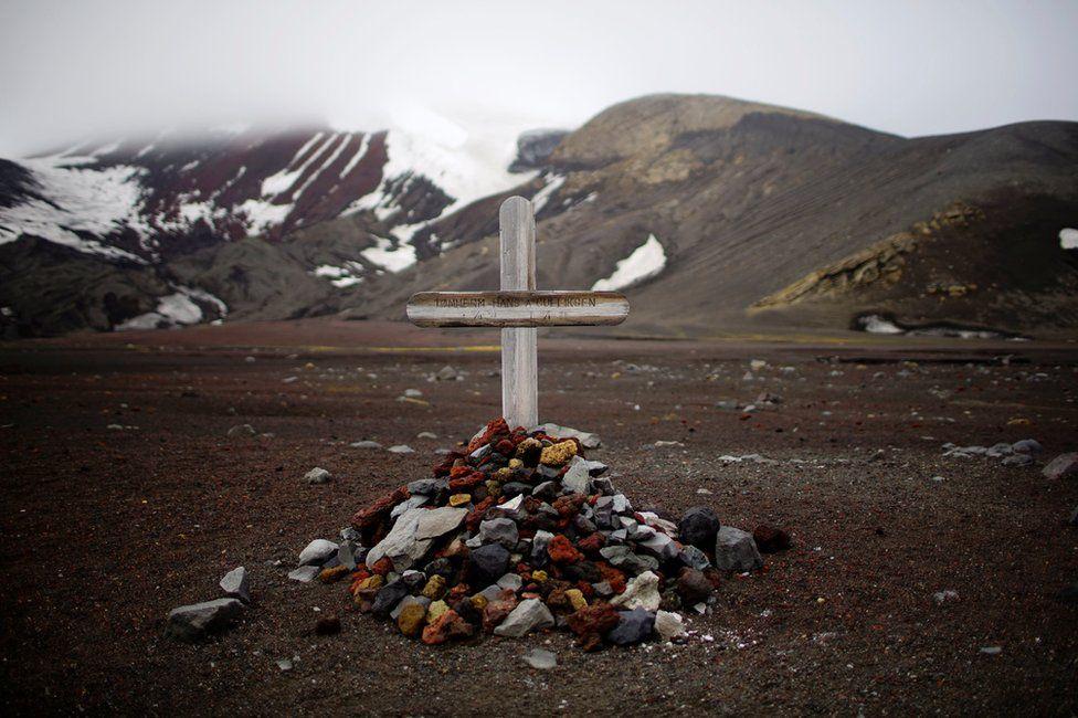 A pile of stones denoting a grave