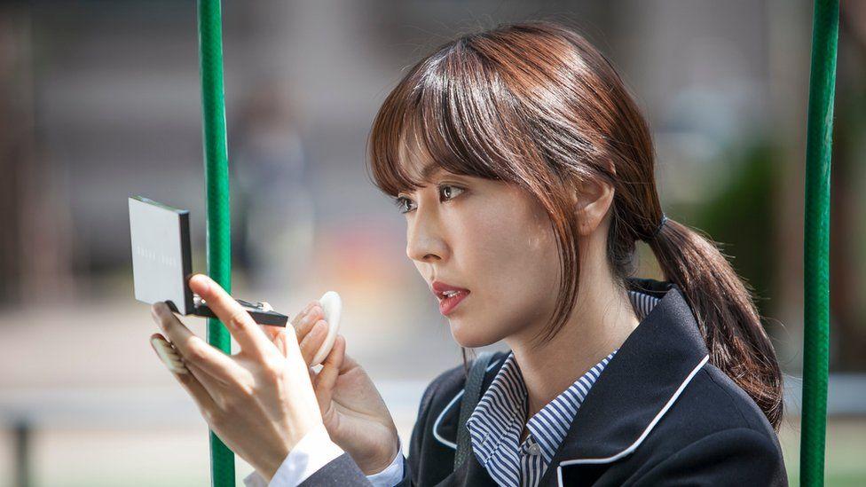 Kim So-yeon fixes her makeup on the set of a South Korean TV drama 'Gahwamansasung'