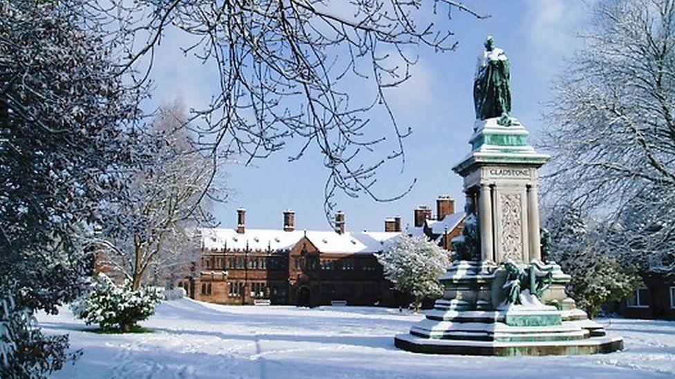 Y Llyfrgell yn y Gaeaf // The library in winter