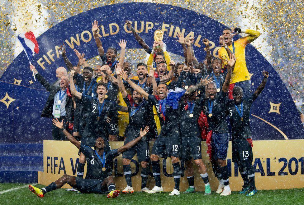 Французские футболисты празднуют победу на ЧМ-2018