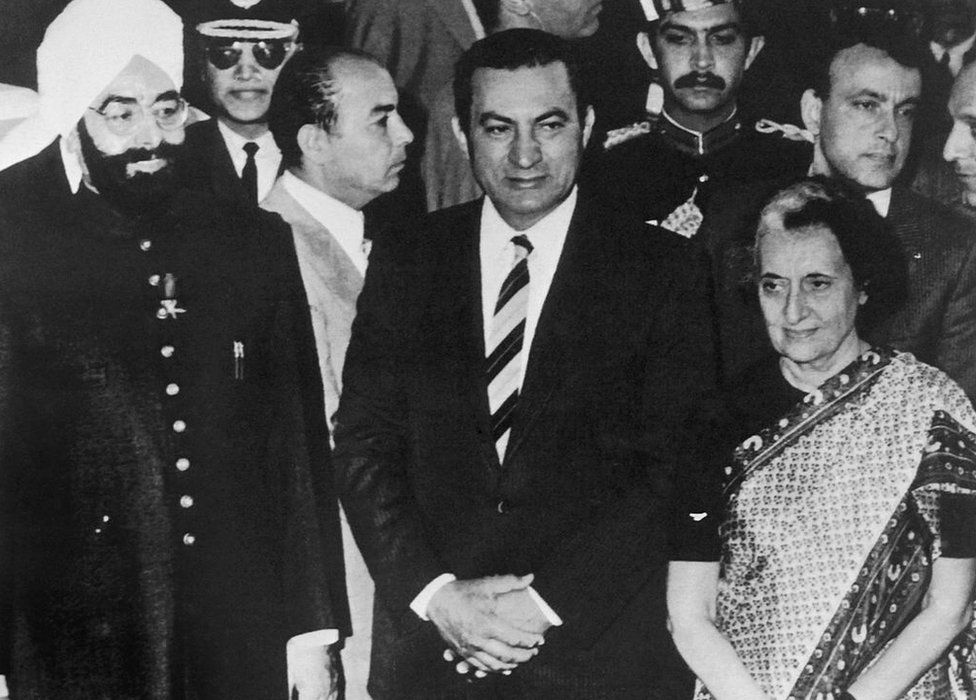 Egyptian President Hosni Mubarak (C), is flanked by President of India Giani Zail Singh (L) and Prime Minister of India Indira Gandhi (R), on November 30, 1982 in New Delhi during his official visit to India