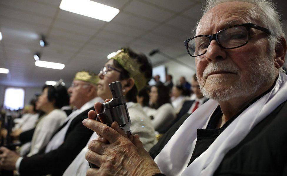 Un hombre sostiene una pistola