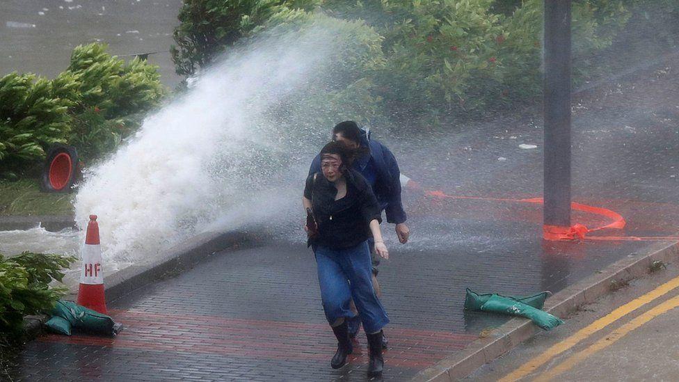 香港杏花邨两名路人在巨浪拍打马路下走过(23/8/2017)