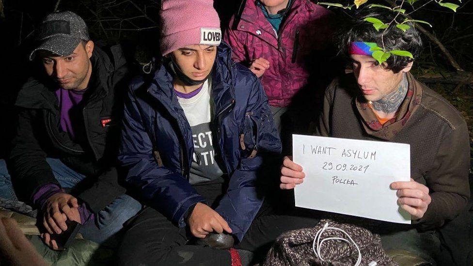Иракские мигранты прячутся в польском лесу недалеко от польского города Хелм вскоре после пересечения границы с Беларусью.